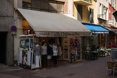 Славные магазины сцены улицы Франции стоковые изображения