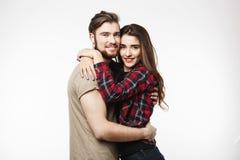 Славные пары обнимая один другого и смотря камеру Стоковые Изображения