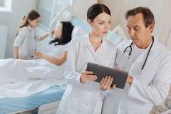 Славные профессиональные доктора работая совместно Стоковое фото RF