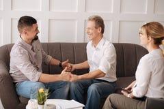 Славные радостные пары гомосексуалиста держа руки Стоковое Изображение RF