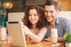 Славные смотря пары в кафе Стоковая Фотография RF