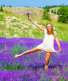Славные танцы женщины на поле лаванды Стоковые Изображения