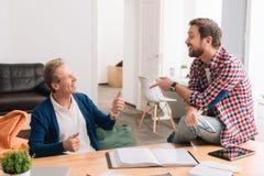 Славные услаженные коллеги беседуя друг с другом Стоковые Изображения