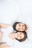 Славные любящие пары лежа в кровати стоковые изображения rf