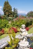 Славный ботанический сад с статуей Стоковое Фото