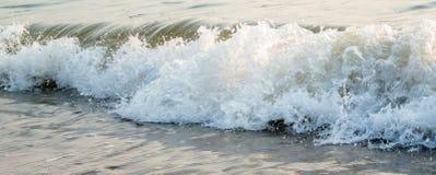Славный брызгая прибой моря Стоковые Изображения