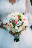 Славный букет свадьбы в руке невесты Стоковое Изображение RF