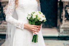 Славный букет свадьбы в руке невесты Стоковые Изображения RF