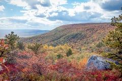 Славный взгляд заповедника в горах Shawangunk, штат Нью-Йорк пункта Сэм, в эффектной пиковой листве осени Стоковая Фотография RF