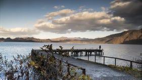 Славный взгляд sightseeing шлюпки курсируя на озере Towadako осени Стоковое Изображение RF