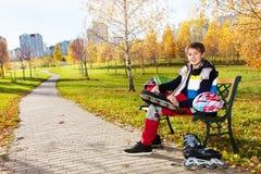 Славный день для кататься на коньках в парке Стоковые Изображения