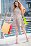 Славный день для shopaholic Маленькая девочка держа хозяйственные сумки и Стоковые Изображения