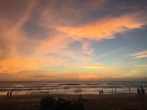 Славный заход солнца на перемещении Пхукета Таиланда пляжа karon и идет снаружи Стоковые Изображения RF