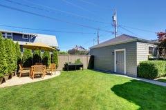 Славный зеленый цвет полинял в задворк американского дома мастера Стоковое Фото