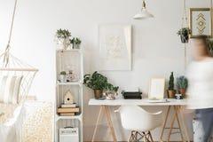 Славный и стильный домашний офис стоковые фото