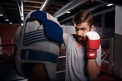 Славный крюк тренировки боксера на пусковой площадке Стоковое Изображение RF