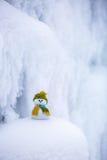 Славный мечтая снеговик в зеленой шляпе Стоковые Изображения