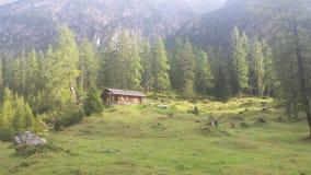 Славный дом в горных вершинах стоковые фотографии rf