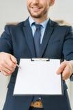 Славный работник офиса держа папку Стоковые Фото