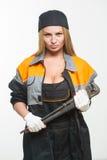 Славный сексуальный ключ удерживания механика женщины изолированный над белой предпосылкой Стоковые Фотографии RF