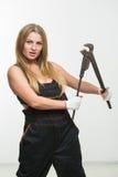 Славный сексуальный ключ удерживания механика женщины изолированный над белой предпосылкой Стоковое Изображение