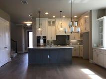 Славный современный дизайн кухни нового дома стоковые изображения
