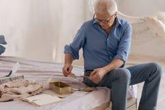 Славный старший человек проверяя его старую почту стоковые фото