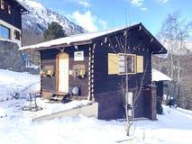 Славный украшенный высокогорный дом стиля в французе Альпах Стоковое фото RF
