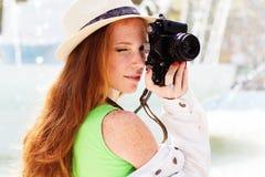 Славный фотограф девушки на работе Стоковое фото RF