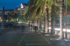 Славный, Франция: взгляд ночи старого городка, des Anglais прогулки Стоковое фото RF