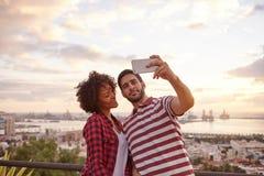 2 славных малолетки принимая selfie стоковые фотографии rf