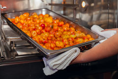 Сладкие картофели испеченные профессионалом делая варить печи Стоковые Изображения