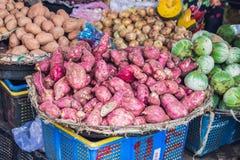 Сладкие картофели на въетнамском рынке Азиатская концепция кухни стоковые изображения