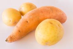 Сладкий картофель и картошки на белой предпосылке Стоковая Фотография