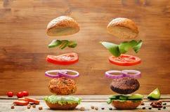 Сладкий картофель vegan летания и черная фасоль величают бургеры Стоковые Изображения