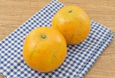 2 сладкого апельсина на деревянном столе Стоковое фото RF