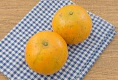 2 сладкого апельсина на деревянном столе Стоковые Фото