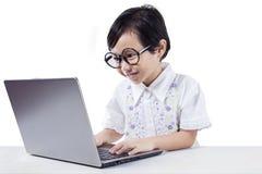 Сладостная девушка печатая на портативном компьютере Стоковые Изображения RF