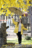 Сладостная девушка скача с зонтиком Стоковая Фотография