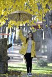 Сладостная девушка скача с зонтиком Стоковая Фотография RF