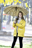 Сладостная девушка скача с зонтиком Стоковое фото RF
