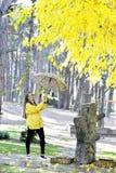 Сладостная девушка скача с зонтиком Стоковые Фотографии RF