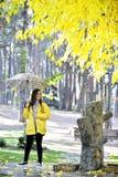 Сладостная девушка скача с зонтиком Стоковое Изображение