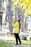 Сладостная девушка скача с зонтиком Стоковое Фото