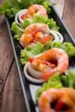 Сладостная и кислая креветка, коктеиль креветки на длинном квадратном блюде и wo Стоковая Фотография RF