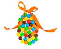 Сладостная конфета Bonbons в форме пасхального яйца на белой предпосылке Стоковая Фотография RF