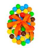 Сладостная конфета Bonbons в форме пасхального яйца на белой предпосылке Стоковые Изображения RF
