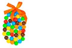 Сладостная конфета Bonbons в форме пасхального яйца на белой предпосылке Стоковое Изображение RF