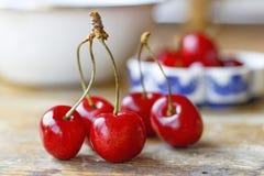Сладостная красная вишня на старом деревянном столе Стоковые Изображения RF