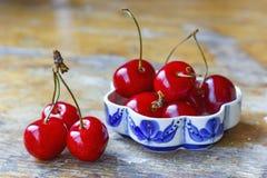 Сладостная красная вишня на старом деревянном столе Стоковое фото RF